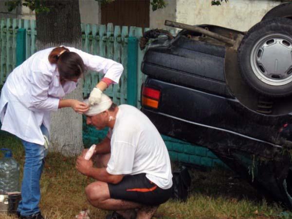 Грузовой автомобиль с рапсом перевернулся и въехал в магазин