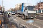 В столице возле остановки трамвая под колесами грузовика погиб мужчина