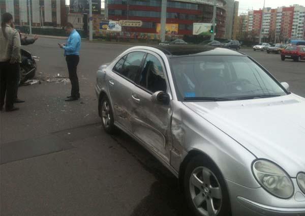 В столице произошло столкновение автомобилей Peugeot и Mercedes