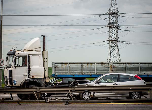 На МКАД произошло столкновение грузовика и двух легковых автомобилей