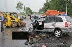 Opel Zafira въехал в погрузчик дорожной службы и самих рабочих