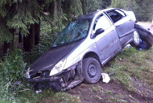 Citroen врезался в Ford и вылетел в кювет