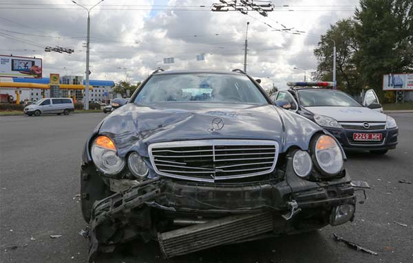 В Минске произошло столкновение Mercedes и мотоцикла