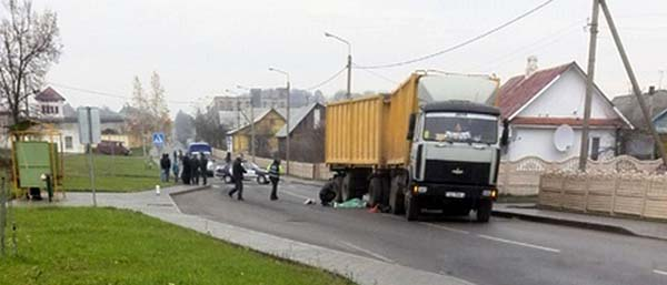 Велосипедист попал под грузовик и скончался