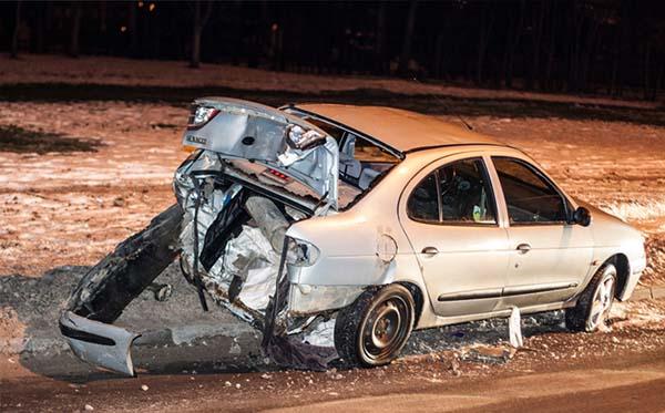 Сначала Mazda RX-8 столкнулся с Renault Megane, а затем въехал в забор