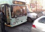 В столице троллейбус врезался в легковой автомобиль