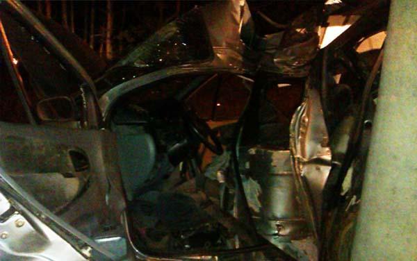 На могилевском шоссе Renault въехал в столб – 1 человек погиб