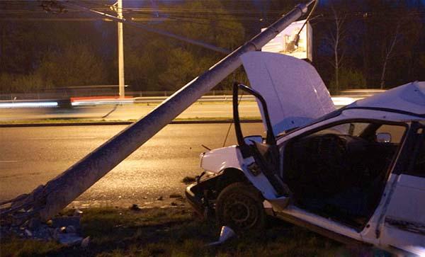 Водитель универсала Volkswagen врезался в столб и попал в больницу