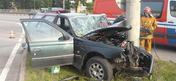 В Минске Peugeot въехал в столб – водитель попал в реанимацию