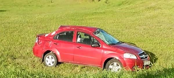 Chevrolet опрокинулся, оказавшись за пределами кольцевой дороги
