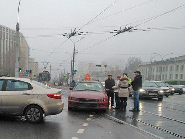 Двое мужчин и женщина заблокировали движение трамваев и троллейбусов