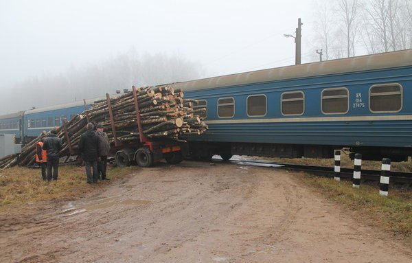 Поезд столкнулся с лесовозом под Могилевом