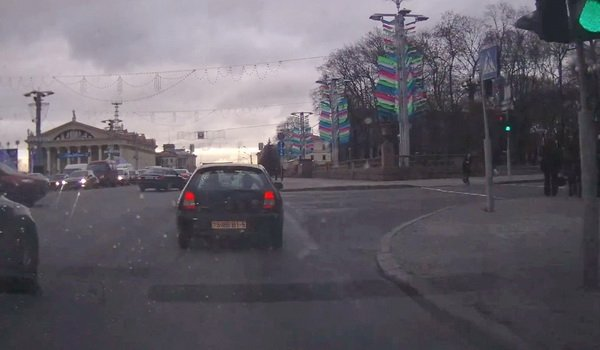 На перекрестке улиц Независимости – Энгельса в Минске красный автомобиль решил проскочить на красный свет