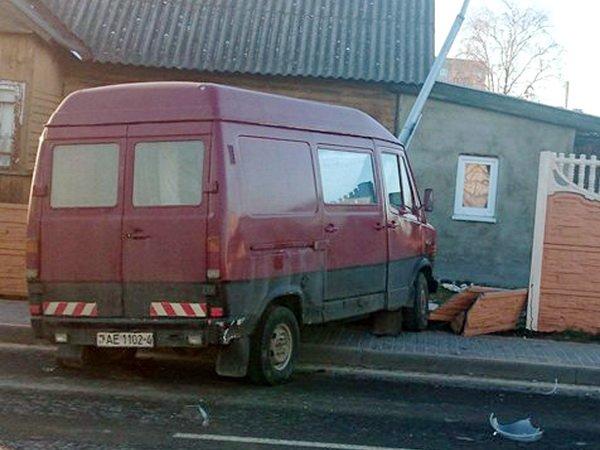 В городе Лиде Гродненской области микроавтобус выехал на тротуар и сбил пешехода