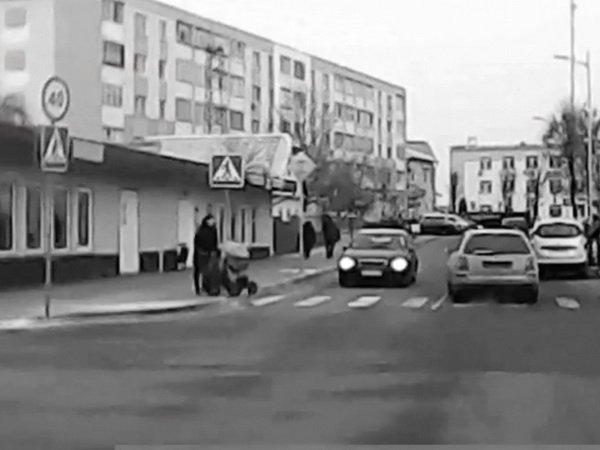 Иномарка врезалась в детскую коляску на пешеходном переходе в Жлобине