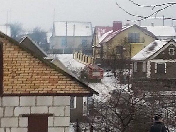 В Волковыске добрые соседи вытолкали Мерседес из горящего гаража