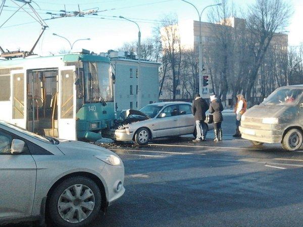 Троллейбус и иномарка столкнулись в Минске на улице Куйбышева