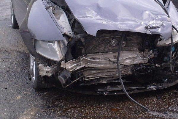 На улице Казинца автомобиль Audi A6 сбил светофор