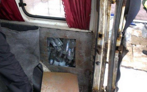 1500 бутылок водки спрятали контрабандисты в обшивке Ford Transit