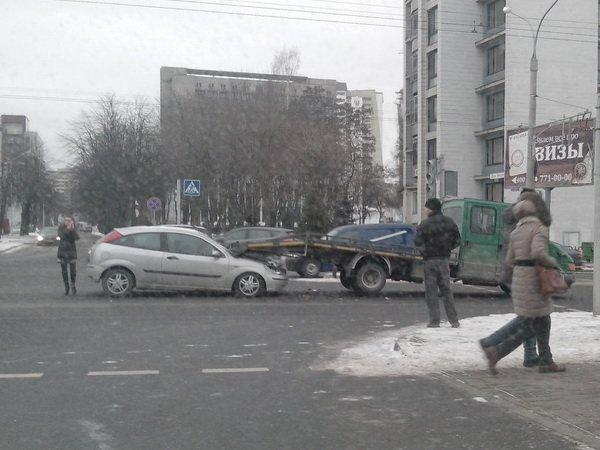 В Минске на улице Куйбышева девушка попыталась проехать под эвакуатором