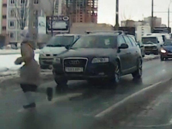 Девочка чуть не попала под колёса Audi на пешеходном переходе на улице Гинтовта в Минске