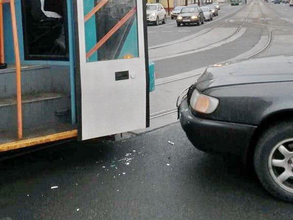 В Минске столкнулись Audi и трамвай