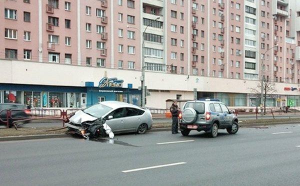ДТП на улице Маяковского в Минске: Toyota снесла ограждение и оказалась на встречке