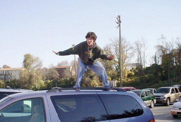 Жителя Гродно будут судить за танцы на крыше автомобиля