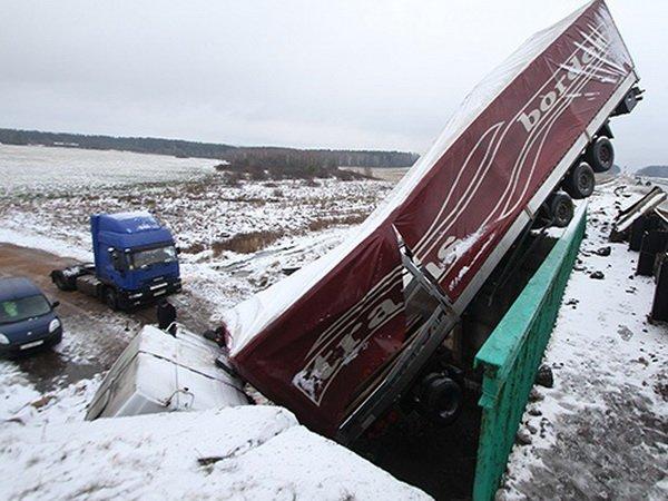 На шоссе Минск – Вильнюс фура слетела с моста
