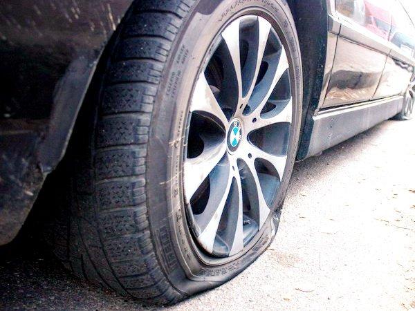В Минске на улице Голубева машинам, припаркованным на тротуаре, ночью порезали колеса