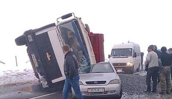 МАЗ упал на Opel на трассе Р23 Минск – Микашевичи