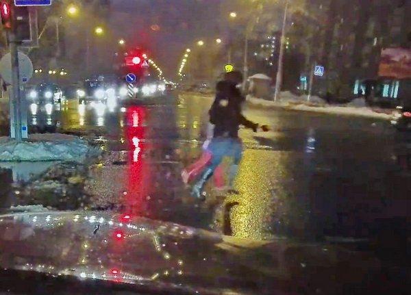 В Минске автомобиль сшиб женщину с ребенком на переходе