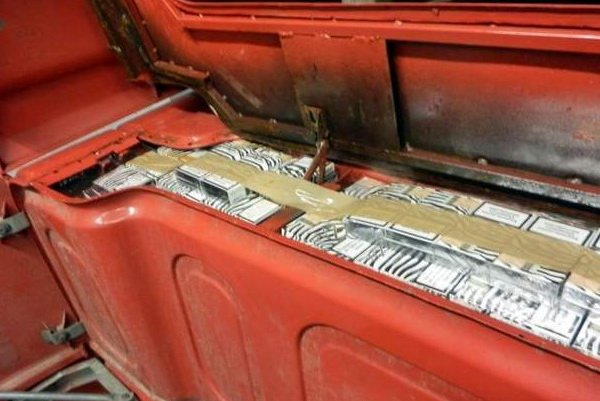 9 тысяч пачек сигарет в тайнике на крыше авто обнаружили таможенники