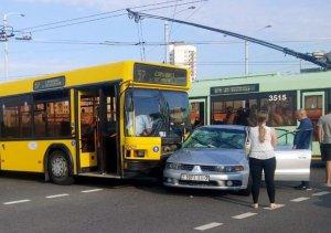 ДТП в Минске. Столкновение пассажирского автобуса с Mitsubishi. Есть пострадавшие.