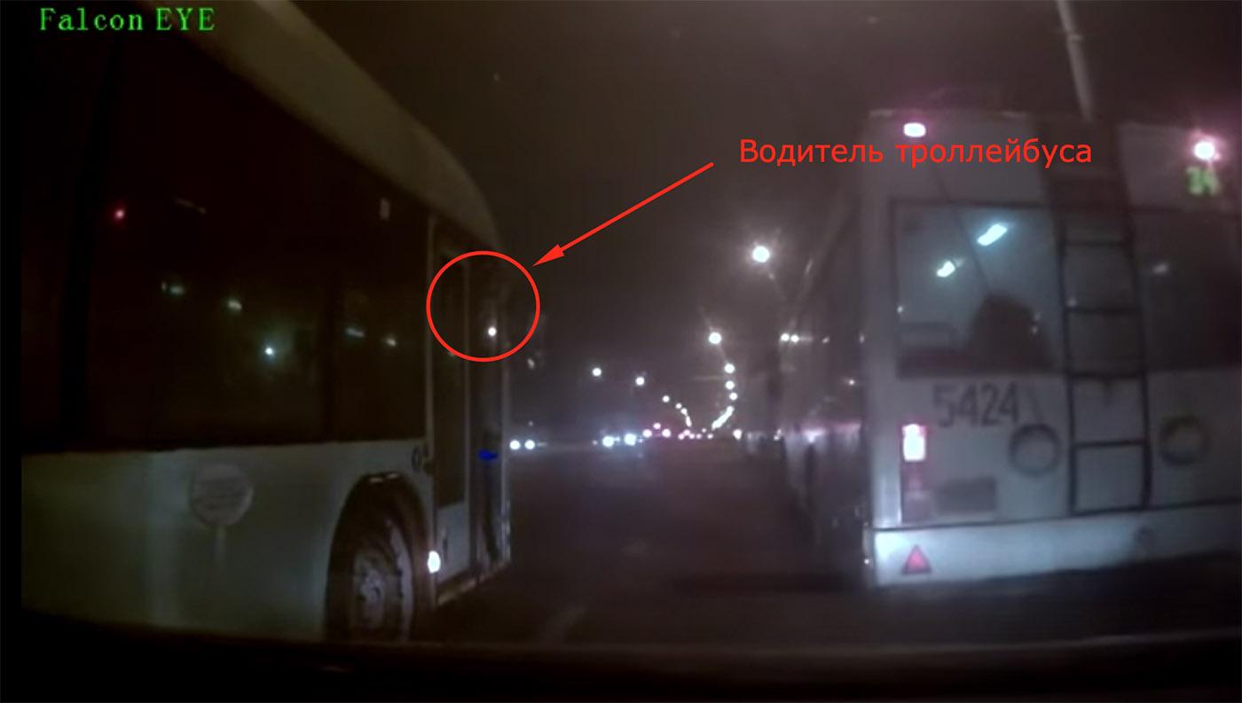 Видео: Конфликт с троллейбусом на перекрестке ул. Ваупшасова и Долгобродской