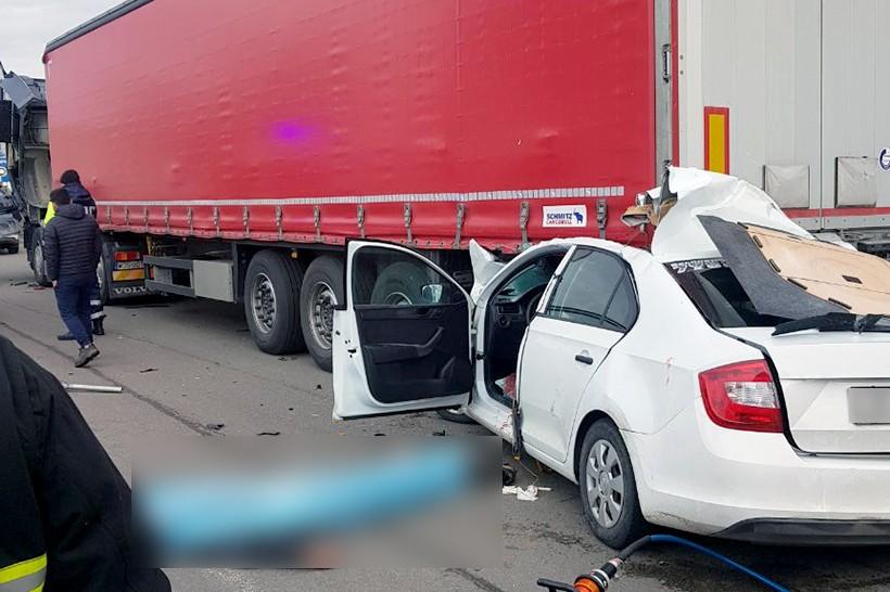 Водитель Skoda, врезавшийся в автопоезд, в больнице, пассажир не пережил аварию