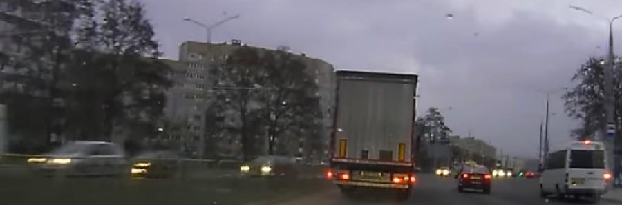 Видео: Очередное ДТП с большегрузом. Польская фура вытолкнула такси на встречную полосу