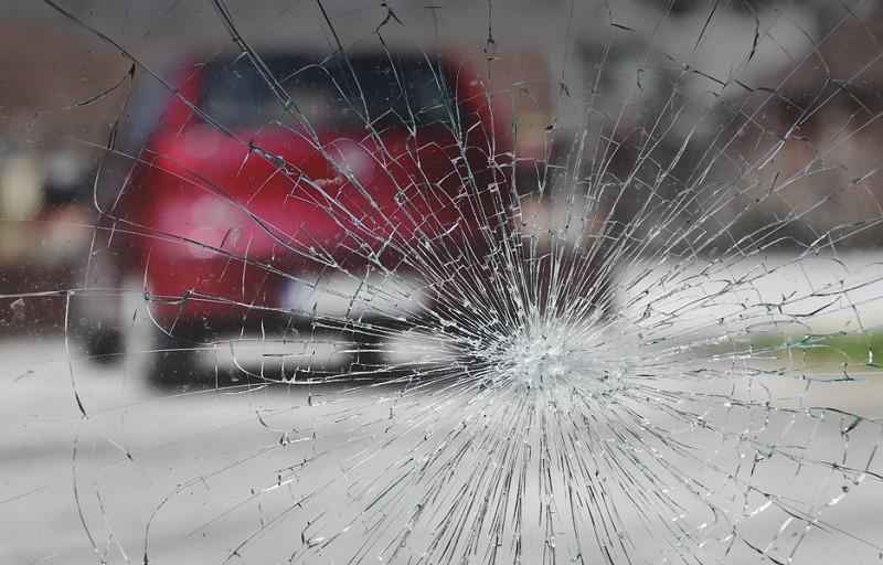 Видео: Пешеход разбил лобовое стекло и оскорбил женщину-водителя
