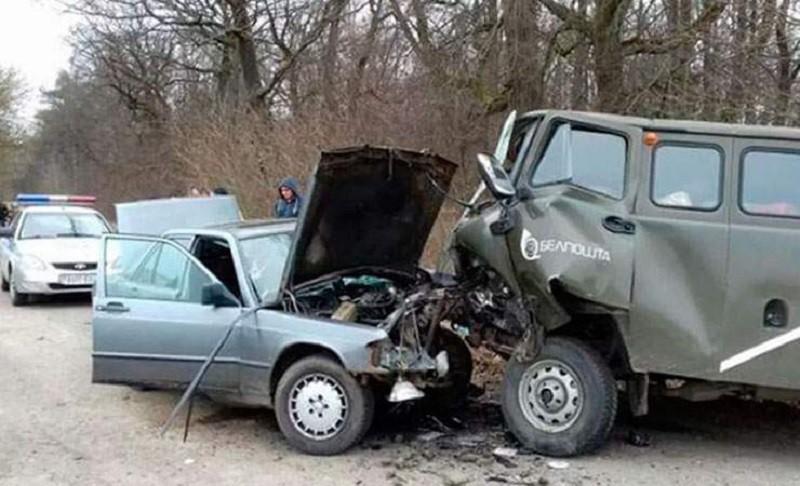 У Mercedes-Benz открылся капот во время движения. Водитель протаранил авто «Белпочты»