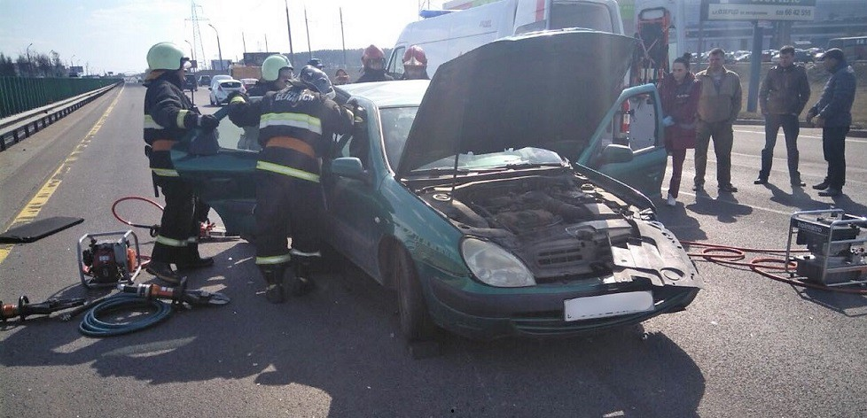 Серьезное ДТП на внешнем кольце МКАД: спасатели помогли водителю покинуть заблокированный автомобиль