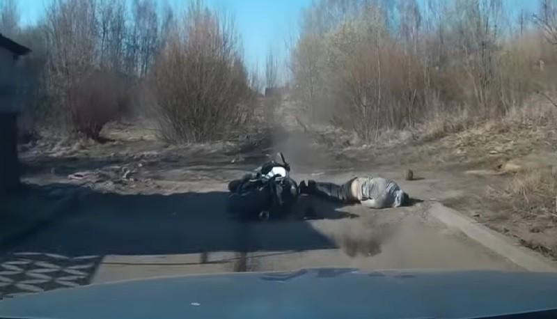 Видео: Минский мотоциклист попытался скрыться от ГАИ, но упал и получил травмы
