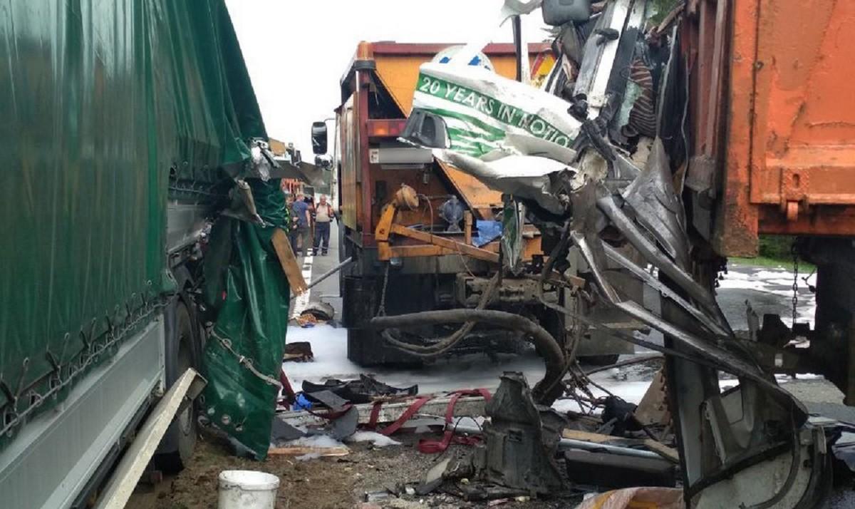 Видео: Фура столкнулась с техникой дорожников. Один человек погиб