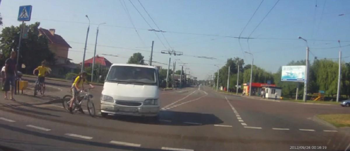 Микроавтобус  чуть не сбил юного велосипедиста