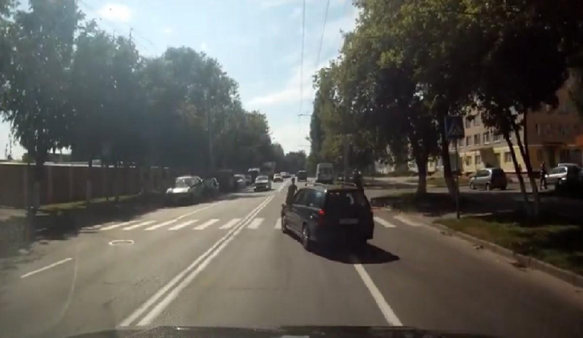 Видео: установлена личность женщины-водителя, которая чуть не сбила троих детей на переходе в Гомеле
