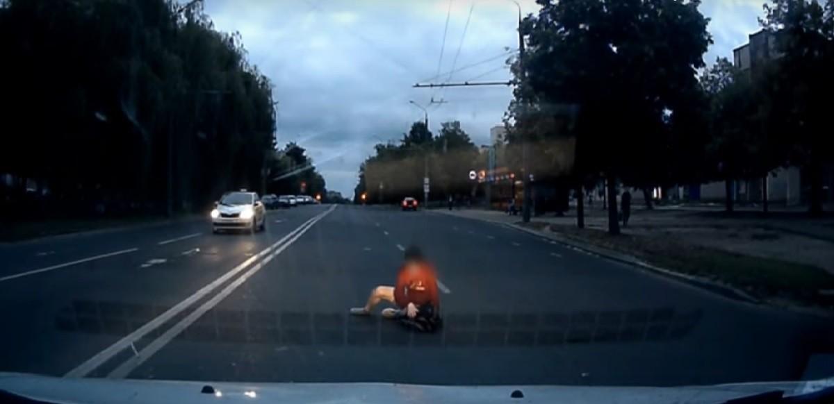 Видео: Пожилой человек наехал на молодого. Водитель и пешеход не заметили друг друга