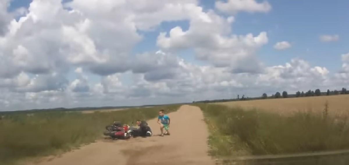Видео: Пьяный мотоциклист с двумя детьми пытался скрыться от ГАИ