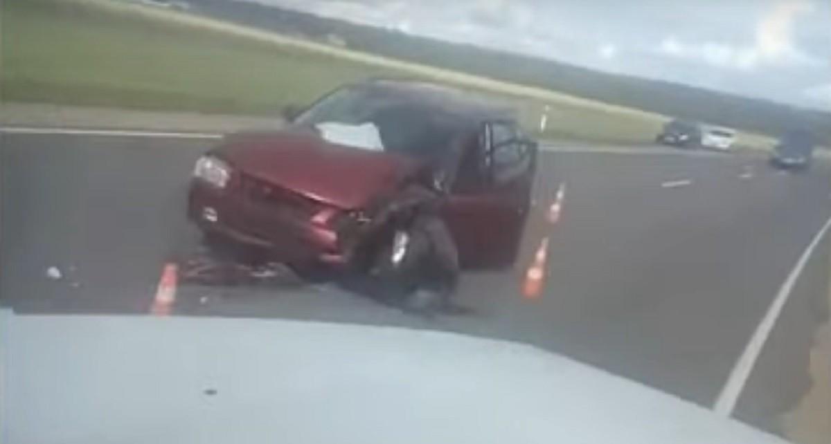 Видео: Грузовик опрокинулся в результате столкновения с Mazda, оказавшейся на встречной полосе