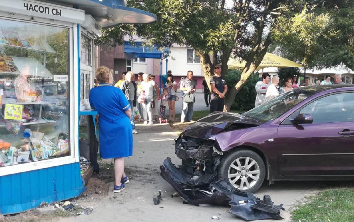 В странной аварии в Гродно пострадал ребенок. Шестилетняя девочка чудом осталась жива