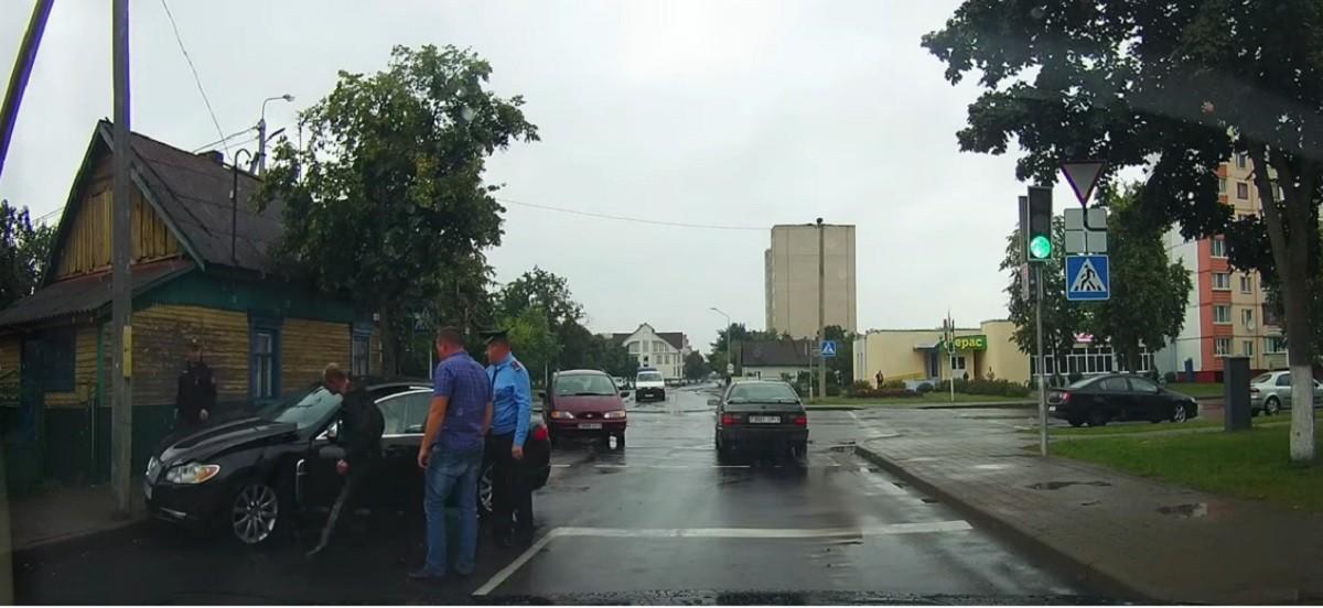Видео: Пьяный водитель угнал Jaguar и попал на нем в ДТП