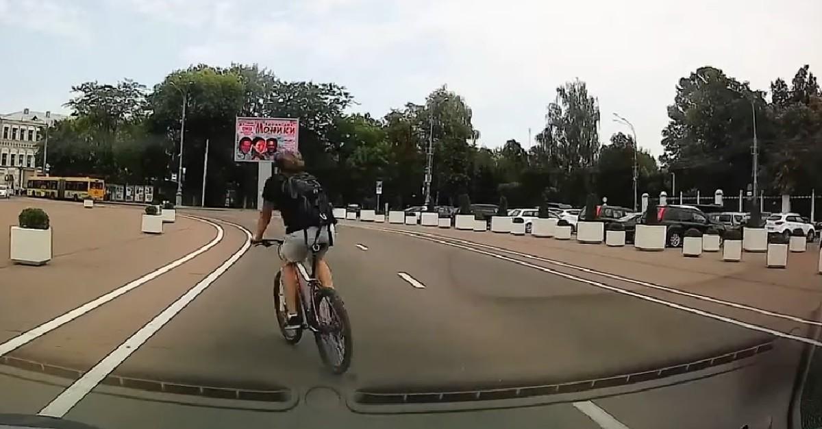 Видео: Как велосипедисту удалось за минуту нарушить почти все правила?